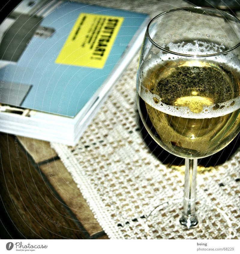 wenns Sonntags um 10 Uhr in der Früh regnet ... Wein Buch Tisch Decke Stil Weißwein Fuge Sofa Brunch Bier lesen Alkohol Bildung fliese nicht kachel
