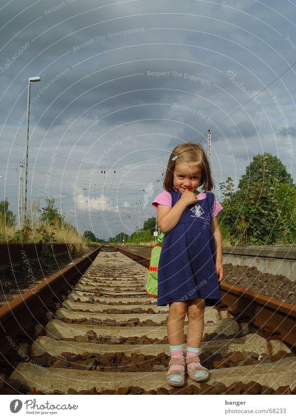 weil ich ein mädchen bin Mädchen Himmel Sommer Eisenbahn Gleise Kind Tasche Schüchternheit