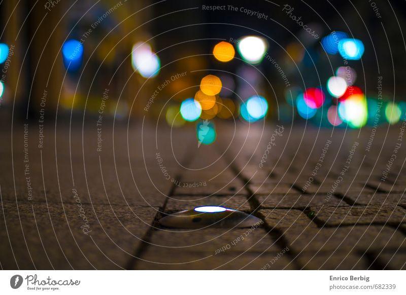 City Lights Stadt Menschenleer Marktplatz beobachten entdecken Glück Fröhlichkeit Zufriedenheit Einsamkeit einzigartig Vergangenheit Stein Lampe Licht