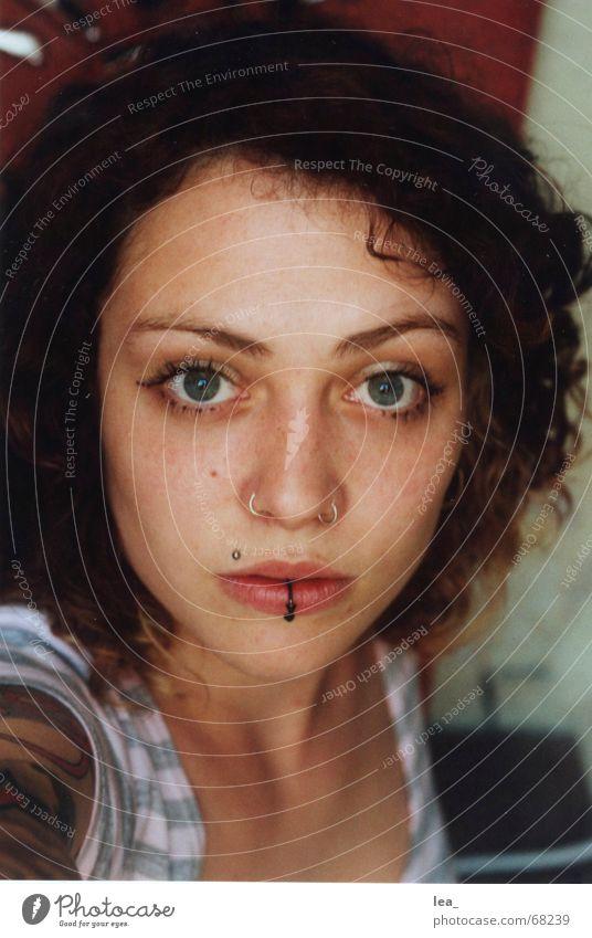 eigenartiges selbstportrait Frau Gesicht Auge feminin Mund Nase nah außergewöhnlich Porträt Tattoo Locken Selbstportrait Piercing gestreift