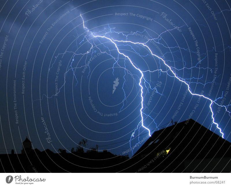 High Voltage blau Stadt Haus schwarz Wolken Regen Angst Blitze Gewitter Unwetter Donnern