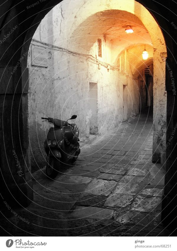 Lichter Tunnel Sommer schwarz gelb Lampe Wärme hell orange klein Romantik Italien Physik Kopfsteinpflaster Motorrad Kleinmotorrad Gasse