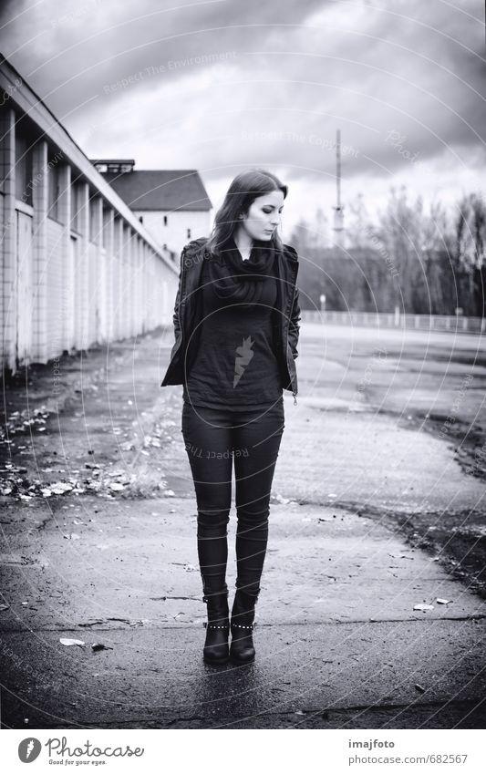 flm Mensch feminin Junge Frau Jugendliche Erwachsene Körper 1 18-30 Jahre Herbst schlechtes Wetter Wind Industrieanlage Mode Bekleidung Hose Jacke Leder Stiefel