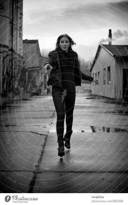 bekle! Mensch Frau Jugendliche Junge Frau 18-30 Jahre Ferne Erwachsene feminin gehen laufen Hoffnung Neugier Hose Sehnsucht Jacke brünett