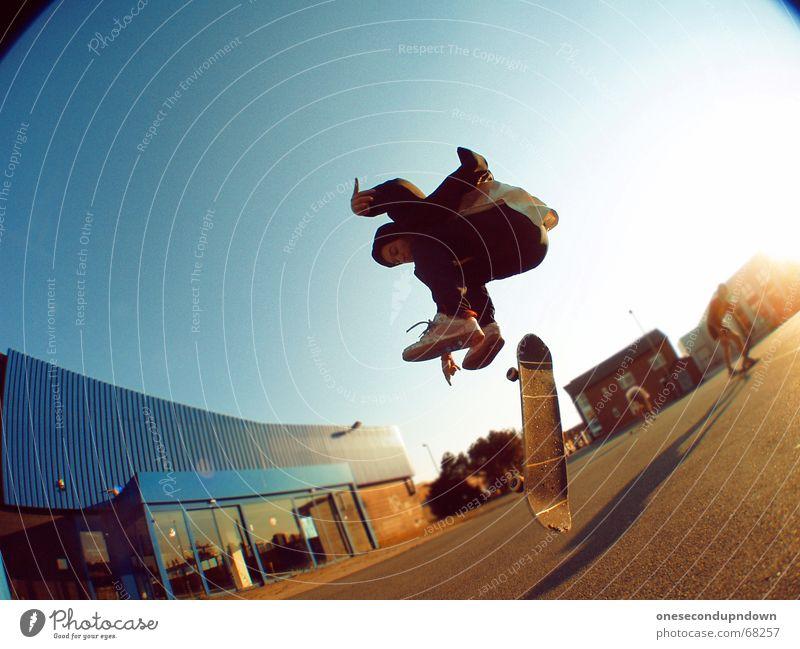 I want summer... Mann Himmel blau Sommer Freude springen Glück lachen groß fantastisch Lebensfreude Skateboarding Parkplatz alternativ Rock `n` Roll Industrielandschaft