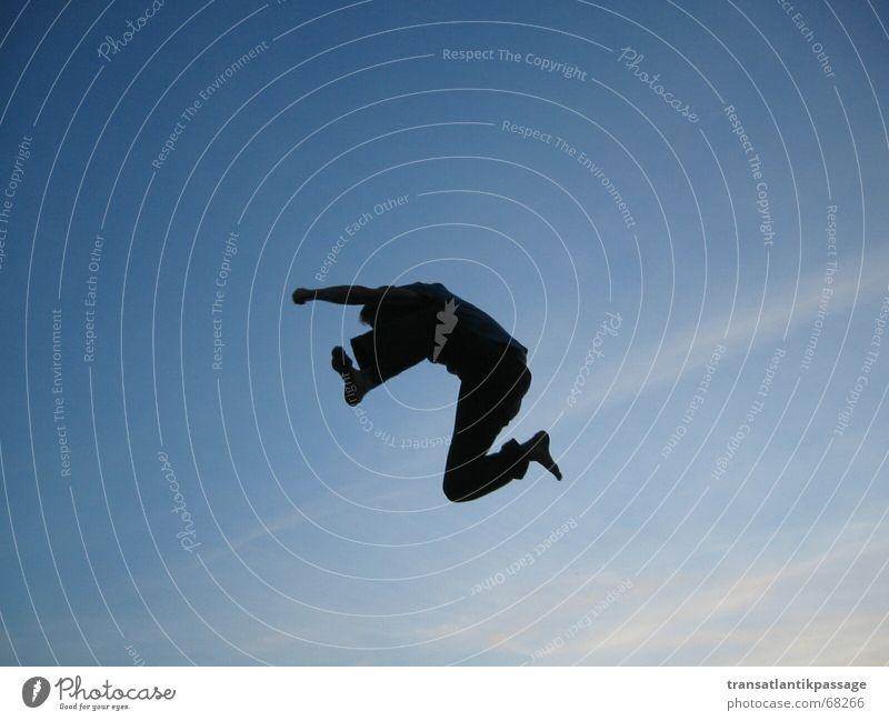 jump Mensch Himmel blau schwarz Ferne springen Bewegung fliegen Beginn hoch Geschwindigkeit Luftverkehr kämpfen Barfuß Schicksal
