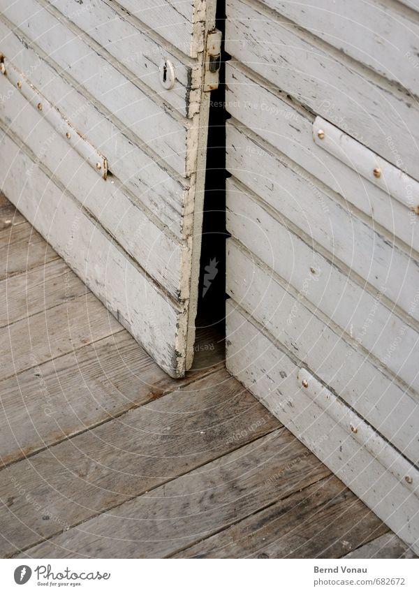 Sp alt Haus Keller Dorf Architektur Tür Holz Metall Schloss authentisch dunkel einfach kaputt unten schwarz Vergangenheit Neigung Biegung verwittert Spalte
