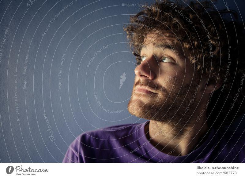 verLOCKENd. maskulin Junger Mann Jugendliche Erwachsene Körper Gesicht Bart 1 Mensch 18-30 Jahre T-Shirt brünett Locken Dreitagebart beobachten schön blau