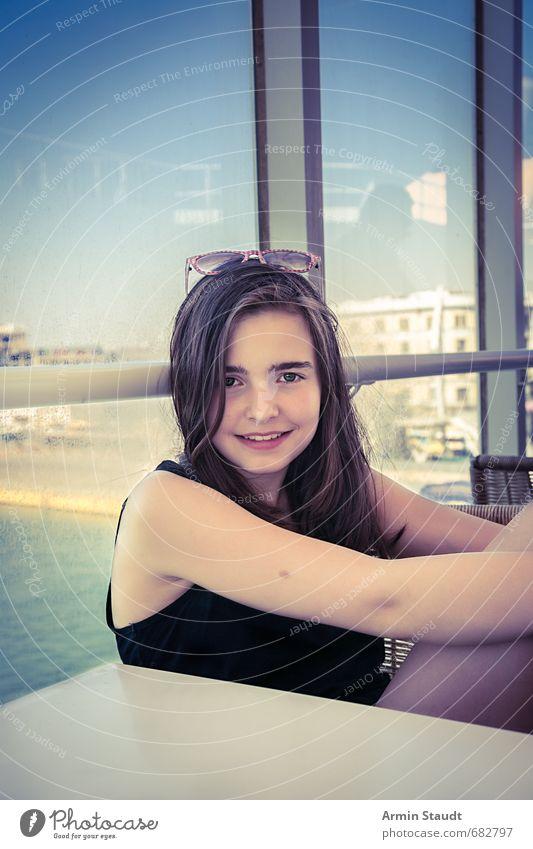 Fröhliches Reiseporträit Mensch Kind Jugendliche Ferien & Urlaub & Reisen blau schön Gefühle feminin Glück Gesundheit Lifestyle sitzen 13-18 Jahre Tourismus