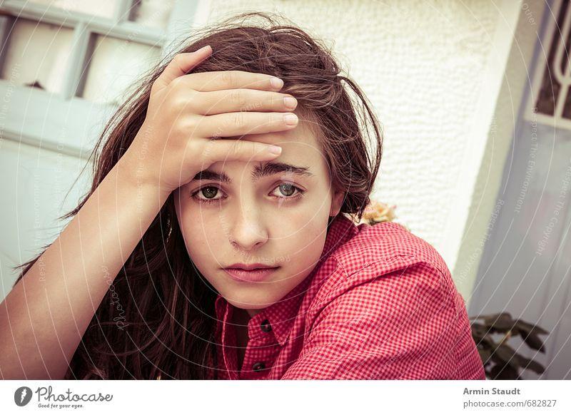 Kopfschmerz, Müdigkeit, Porträt Mensch Kind Jugendliche schön Einsamkeit Hand rot dunkel Wand Traurigkeit Gefühle feminin Mauer Lifestyle sitzen 13-18 Jahre