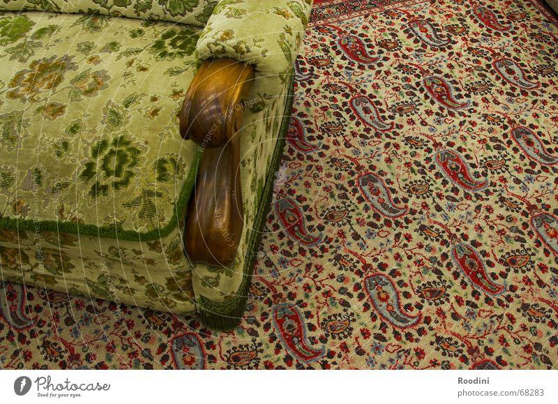 Sofa und mehr Stil Innenarchitektur Raum Wohnung sitzen Häusliches Leben Stuhl Sofa Möbel Teppich hässlich bequem früher Altbau veraltet vergilbt