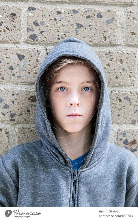 Porträt mit Hoody vor Wand Lifestyle Stil schön Mensch maskulin Jugendliche 1 8-13 Jahre Kind Kindheit Mauer Mode Kapuzenjacke stehen authentisch Coolness