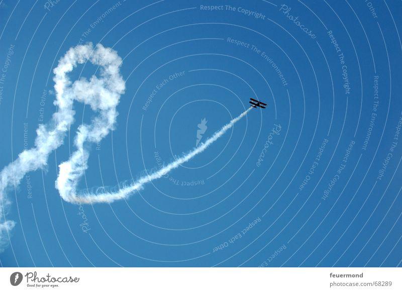 ...Startbahn Null Drei Flugzeug über den Wolken Flugschau Spuren Muster Formation Kondensstreifen Flugplatz fliegen Freiheit boeing stearman Himmel aircraft