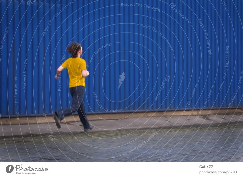 Yellow shirt Mensch blau gelb Straße Wand laufen T-Shirt Industriefotografie rennen