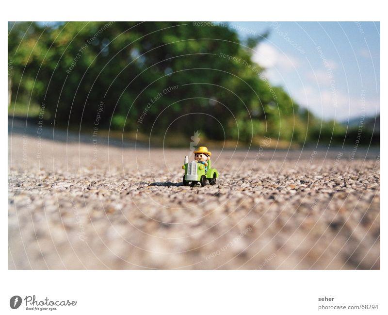 wo gehts lang? Gummibärchen Landwirt Asphalt klein winzig Landwirtschaft Miniatur Traktor spielmänchen Straße PKW drecker kleinlaut