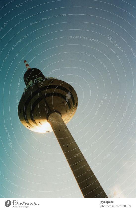 Der Ginnheimer Spargel Frankfurt am Main Gebäude Windschutzscheibe Himmel blau Sonne Schönes Wetter hoch Fernsehturm