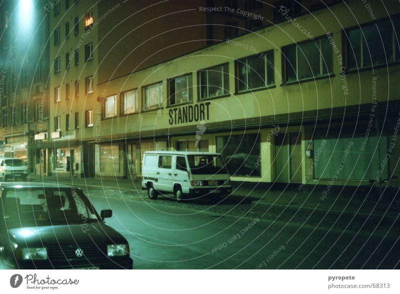Standort Stadt Straße dunkel PKW Gebäude Laterne Frankfurt am Main Main Standort Fabrikhalle