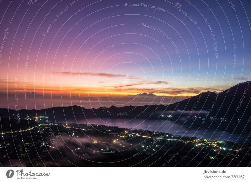Sonnenaufgang auf dem Batur Umwelt Natur Landschaft Wasser Himmel Horizont Sonnenuntergang Nebel Berge u. Gebirge Gipfel Vulkan Mount Batur See Kleinstadt