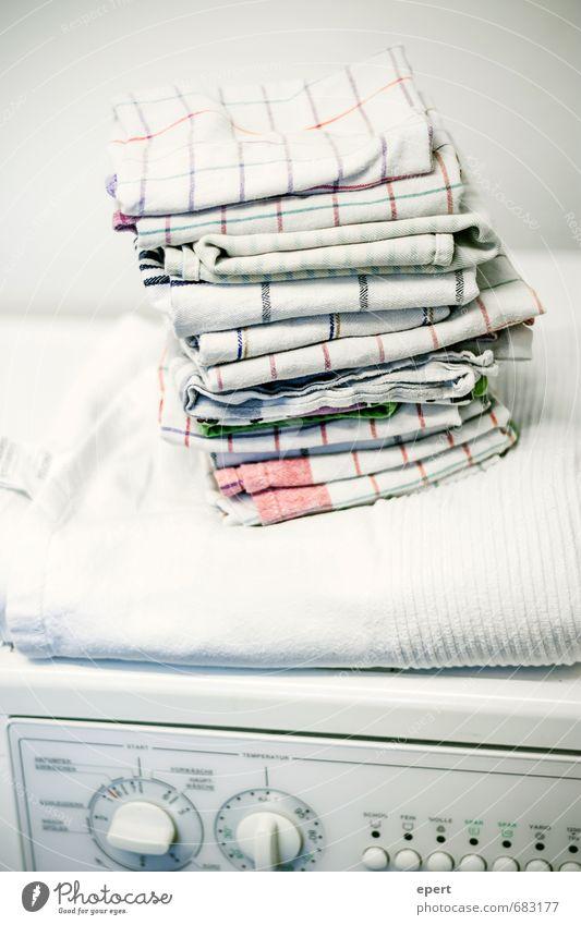 Koch- und Buntwäsche Wohnung Ordnung Sauberkeit Reinigen Bad Wäsche waschen Handtuch Reinlichkeit Waschtag Waschmaschine gefaltet aufräumen Ordnungsliebe