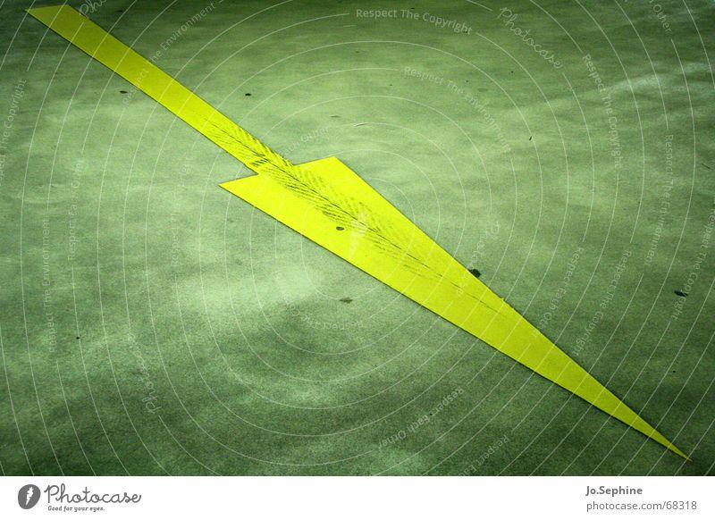 da geht's lang gelb Straße Wege & Pfade Schilder & Markierungen Verkehr Beton Zeichen Symbole & Metaphern Asphalt Pfeil Neigung Richtung diagonal Wegweiser