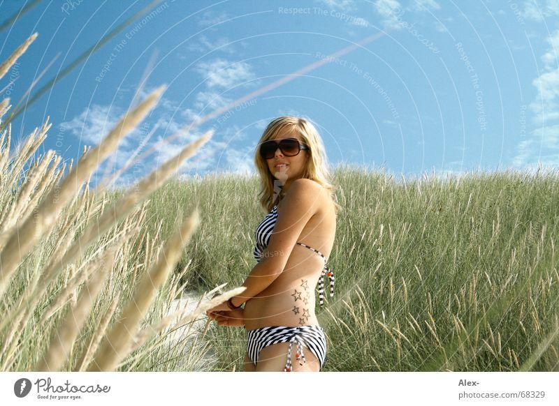 Good Bush Frau Himmel Natur blau schön Ferien & Urlaub & Reisen Sommer Strand Sand Wärme blond Feld Stern (Symbol) Wachstum stehen süß