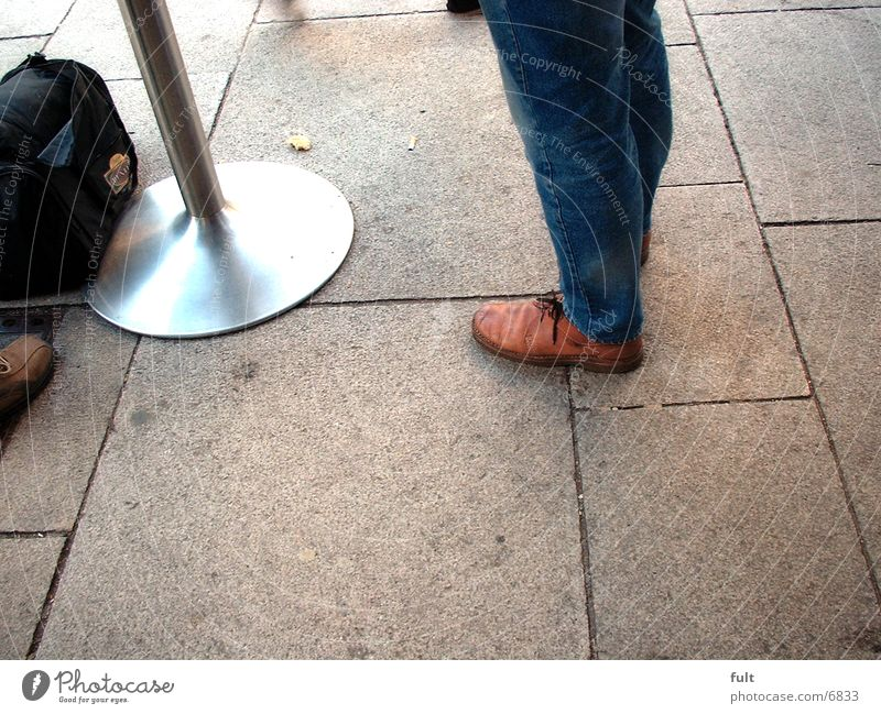Schuhe Tasche Dinge Jeanshose Stehtisch Plaster