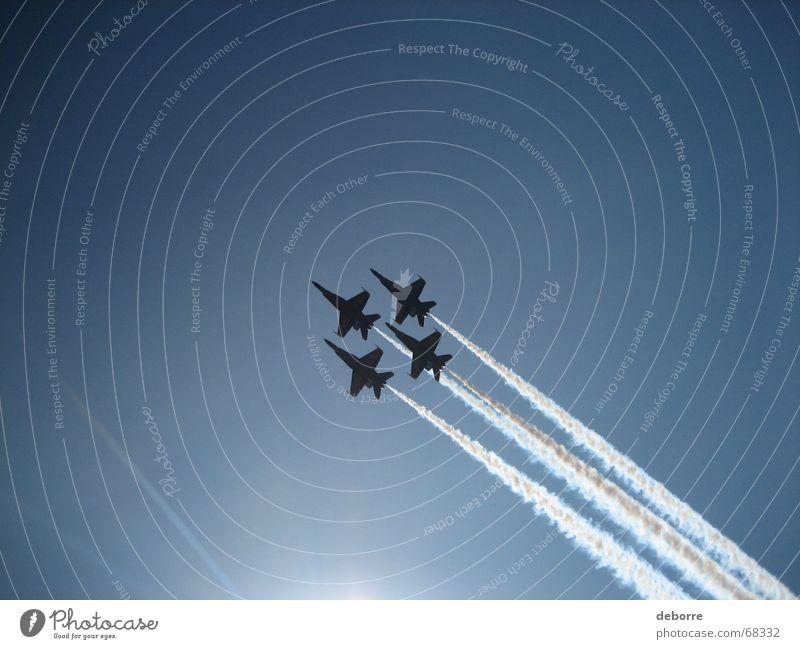 Silhouetten der Flugdemonstrationsstaffel der Blue Angels am blauen Himmel über dem Washingtoner See. Flugzeug Air Krieg Kunstflug Amerika blaue Engel