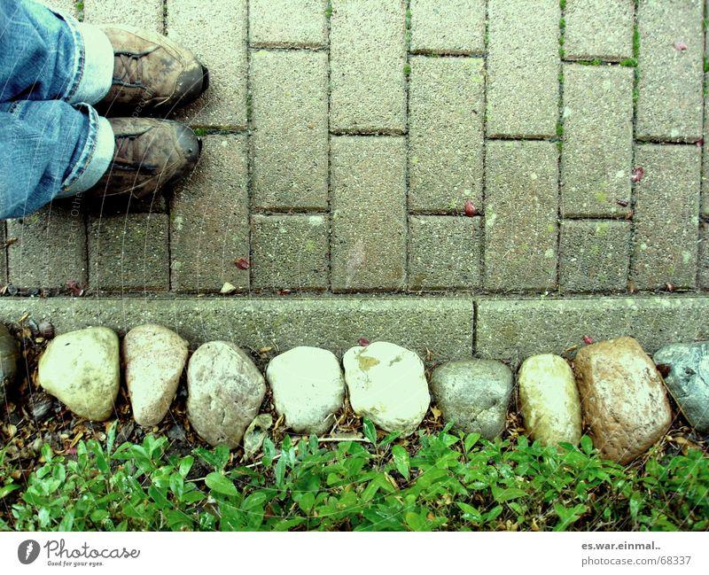 kein schritt weiter. Spaziergang Schulhof Schüler Psychoterror Einsamkeit Fuß 1 Mensch Wege & Pfade Jeanshose Schuhe Stein stehen dreckig Traurigkeit Farbe