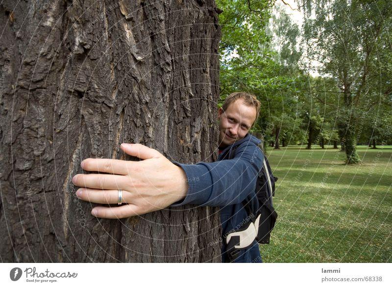 Ich umarme dich Natur Hand grün Baum klein Park groß Kreis festhalten Schutz Umarmen Baumrinde