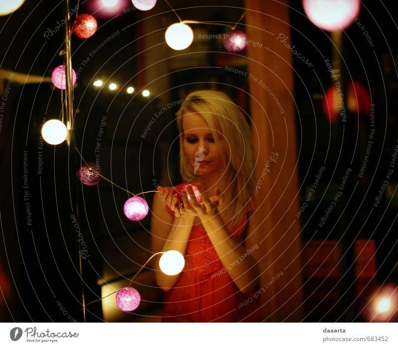 Mensch Jugendliche Erholung Junge Frau Freude 18-30 Jahre Erwachsene Wärme Leben feminin Stil Glück Feste & Feiern Zusammensein Wohnung elegant