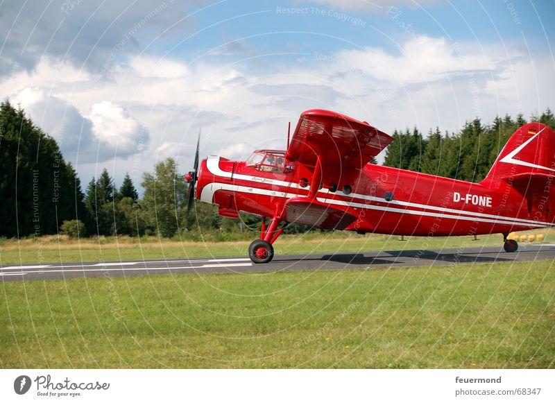 ...bis hier hör ich die Motoren Flugzeug über den Wolken Flugschau Formation Propeller Kondensstreifen Flugplatz fliegen Freiheit Landebahn roter baron Himmel