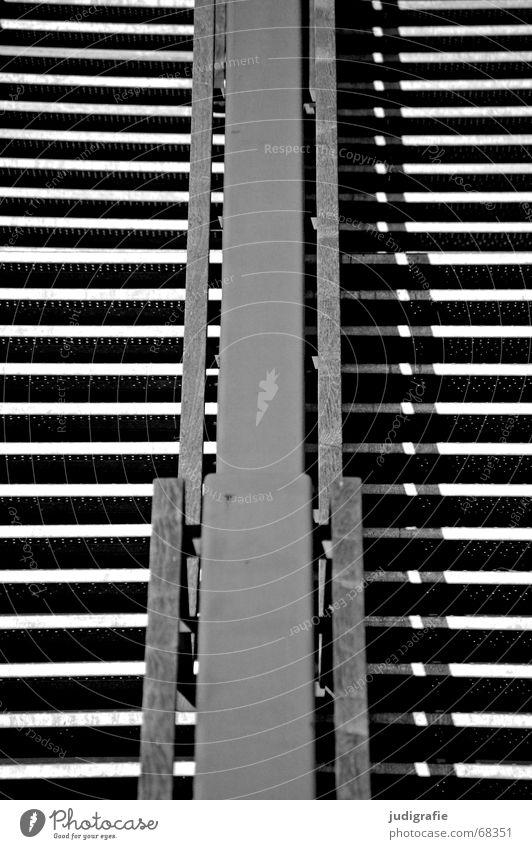 Hinauf! Symmetrie Licht horizontal vertikal abwärts Blick nach unten Detailaufnahme Treppe Geländer Schatten Linie oben hoch aufwärts Architektur