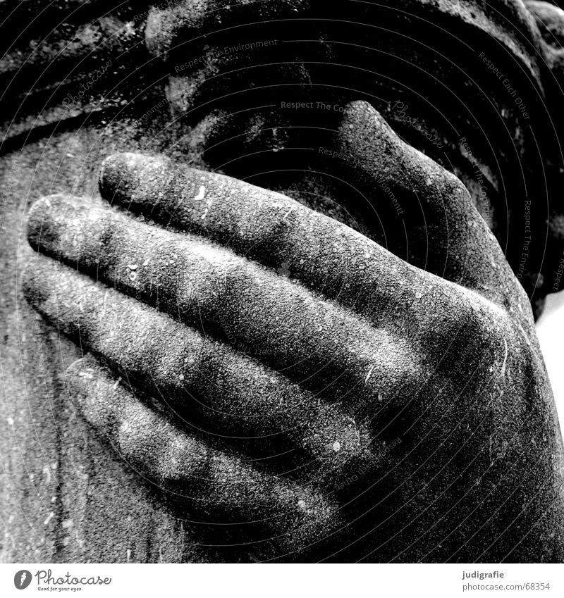 Hand weiß schwarz Stein Finger Schutz festhalten Skulptur Riss Kalk Sandstein