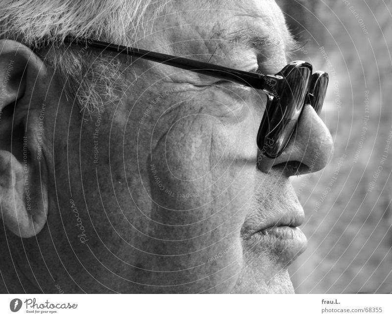 Skepsis Mensch Mann Senior Mund maskulin Brille beobachten Vertrauen Publikum Wachsamkeit ernst skeptisch zielstrebig