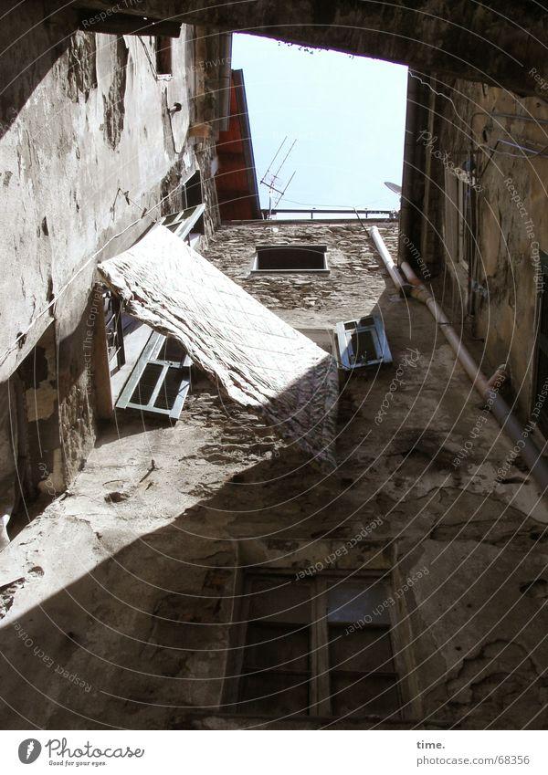 quadratisch praktisch italienisch Haus Wand Italien Wäsche Licht Altbau eng Hinterhof trocknen Himmel Mauer luftig Sauberkeit trocken häuserschlucht Schatten