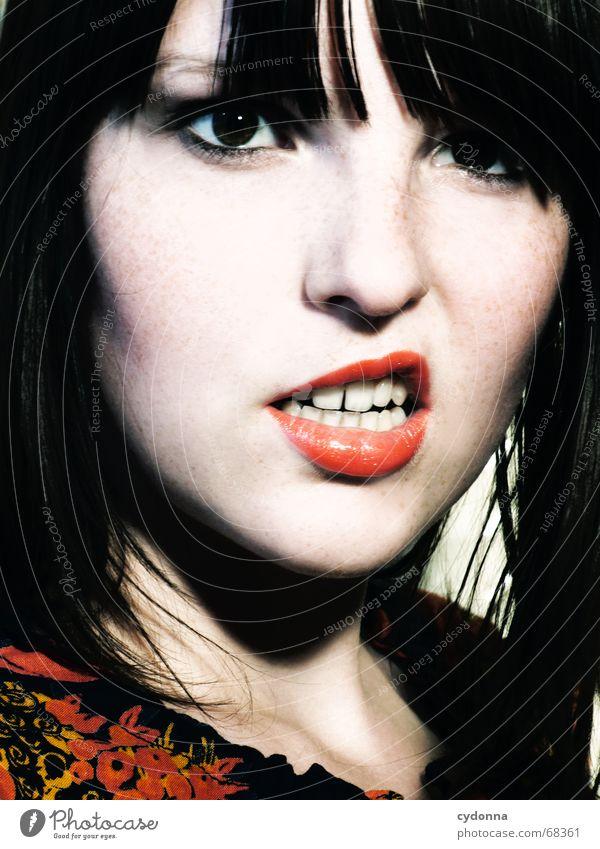 Vorsicht! Mensch Frau schön Gesicht Haare & Frisuren Kopf Stil 18-30 Jahre retro Zähne einzeln Kosmetik Gesichtsausdruck direkt Pony Grimasse