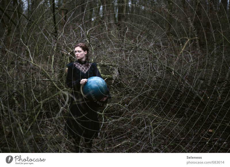 verlaufen Mensch feminin Frau Erwachsene Haare & Frisuren Gesicht 1 18-30 Jahre Jugendliche Umwelt Natur Stern Pflanze Baum Geäst Wald Kleid brünett Globus Holz