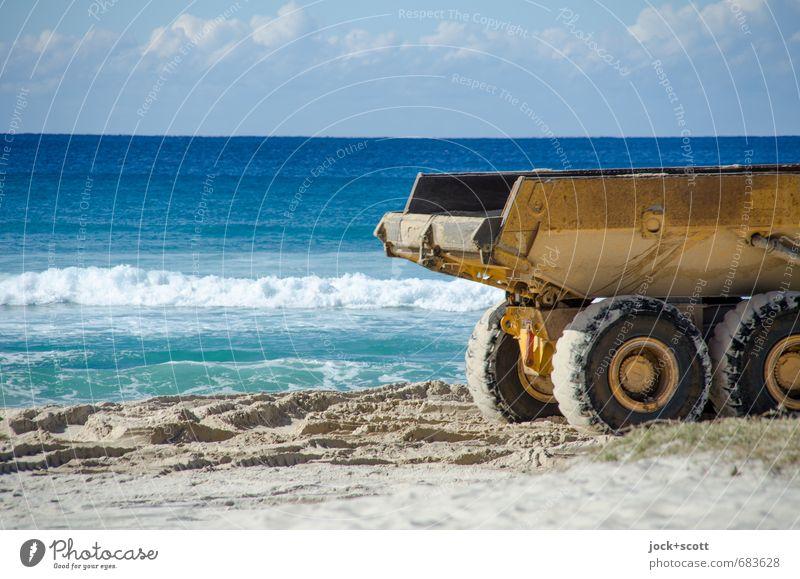 Sandkipper am Sandstrand Baustelle Baumaschine Wolken Horizont Küste Pazifik Pazifikstrand Queensland Kipper Wärme Stimmung Zukunftsangst trotzig anstrengen