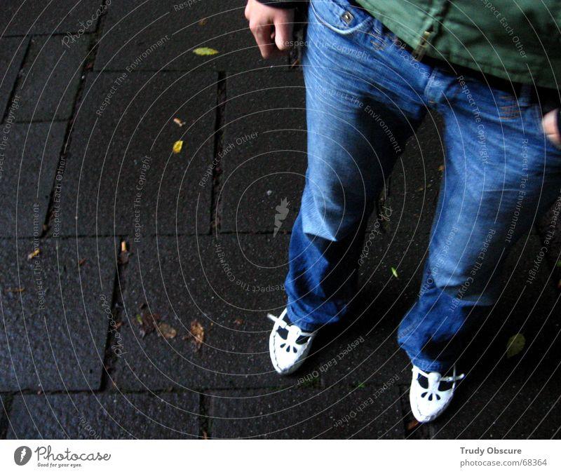true blue poloqueen Mensch Lebewesen Frau feminin Hand Hose Jeanshose Schuhe Bekleidung Untergrund stehen ruhen Beine Bodenbelag Stein basieren Wurzel