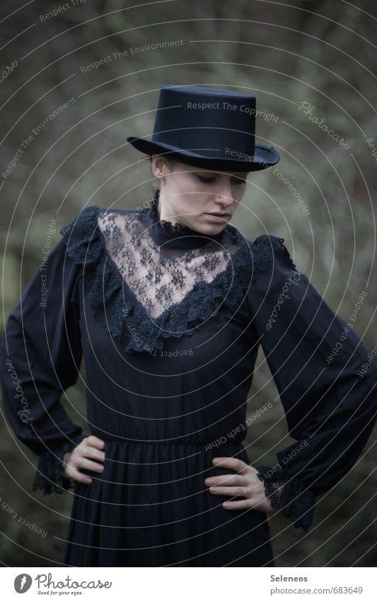 vintage Körper Haut Gesicht Mensch feminin Frau Erwachsene 1 Mode Bekleidung Kleid Hut Zylinder historisch schwarz altehrwürdig Spitze Farbfoto Außenaufnahme