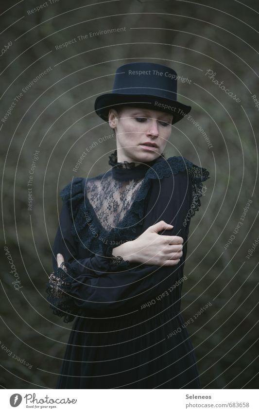 Hut auf Mensch feminin Frau Erwachsene 1 Subkultur Rockabilly Bekleidung Zylinder berühren schwarz Gefühle Sorge Trauer Schmerz Einsamkeit Farbfoto