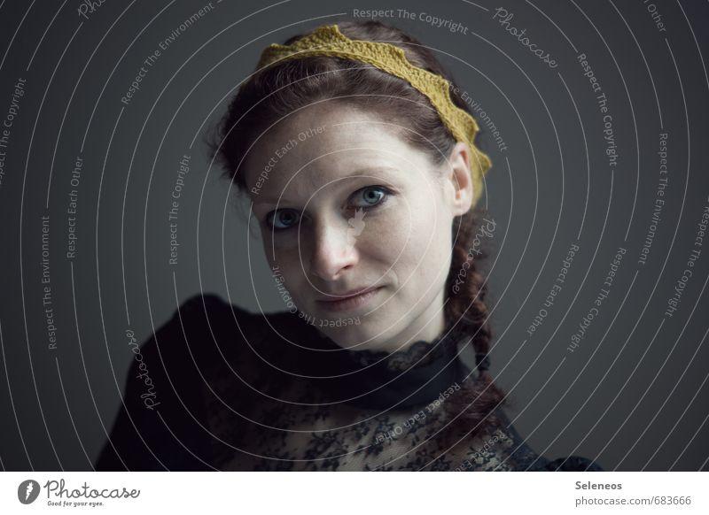knitting queen Mensch Frau Jugendliche 18-30 Jahre Gesicht Erwachsene Haare & Frisuren Körper Haut brünett langhaarig Krone stricken Handarbeit Haarband