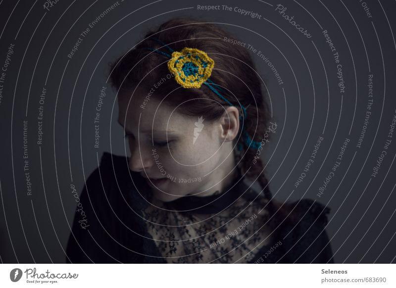Blumenkind Mensch feminin Frau Erwachsene Gesicht 1 18-30 Jahre Jugendliche Spitze Haarband Haare & Frisuren brünett langhaarig Zopf träumen Gefühle Blumenwiese