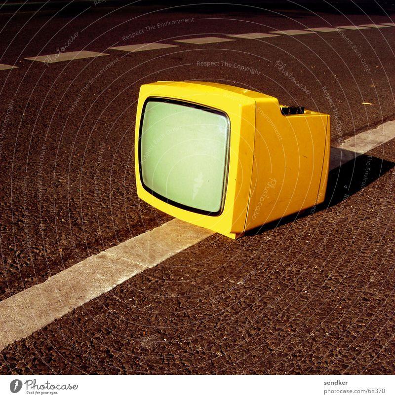 Anhalter Einsamkeit gelb Straße retro Fernseher Statue Sperrmüll