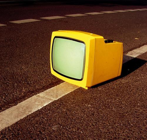 Anhalter gelb Fernseher retro Einsamkeit Straße Statue bildröhre sperrmüll