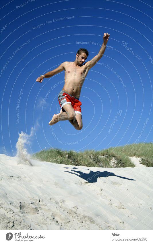 Bis zur Unendlichkeit... und noch viel weiter Mann Jugendliche Himmel Meer Sommer Strand Ferien & Urlaub & Reisen springen Sand fliegen fallen Stranddüne Superman Badehose Held