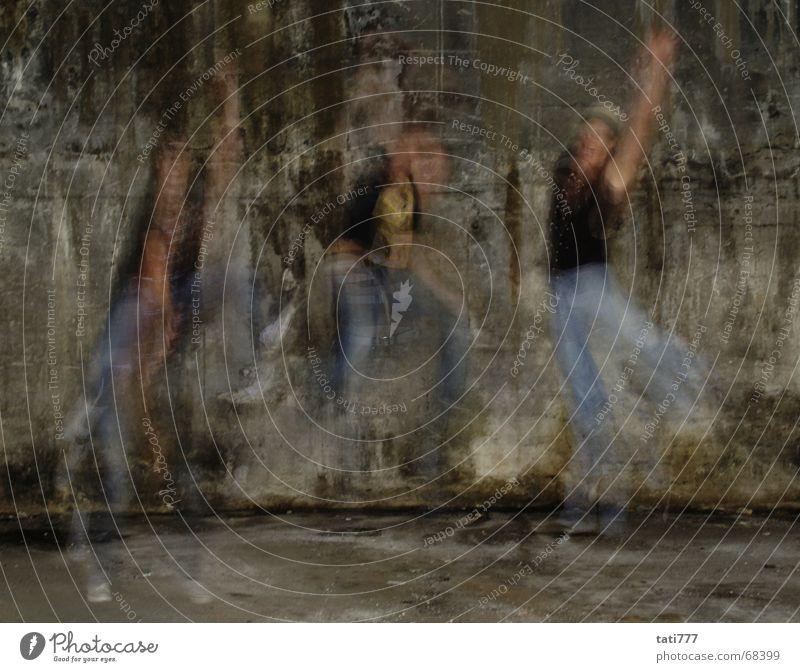 jump springen dreckig Jeanshose Fabrik Mütze Lagerhalle