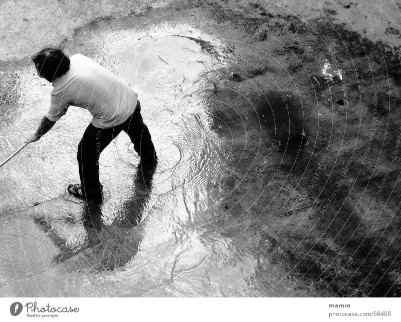 Saubermann Mann Wasser Straße Stein Traurigkeit Regen nass Trauer Sauberkeit Reinigen feucht anstrengen Pfütze Pflastersteine Besen transpirieren