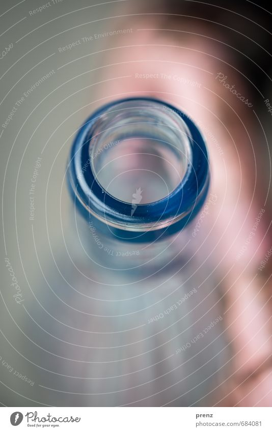 Flasche leer Glas blau grau Flaschenhals Glasflasche Farbfoto Außenaufnahme Nahaufnahme Detailaufnahme Makroaufnahme Menschenleer Textfreiraum unten Tag