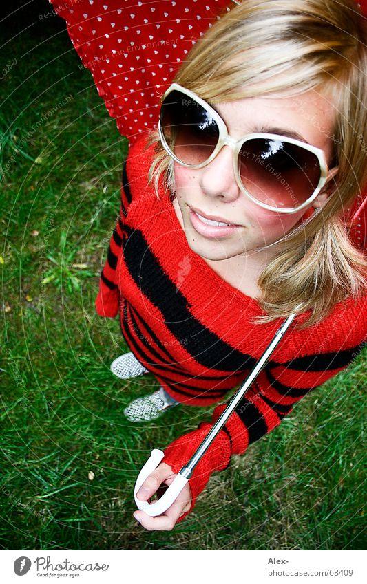 Punk, die Stubenfliege. süß schön niedlich Vogelperspektive Weitwinkel gestreift Streifen Brille groß Regenschirm rot schwarz blond Frau Sonnenbrille Sommer